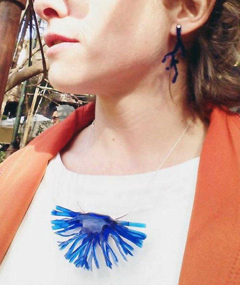 collar medusa azul hecho a mano con material reciclado