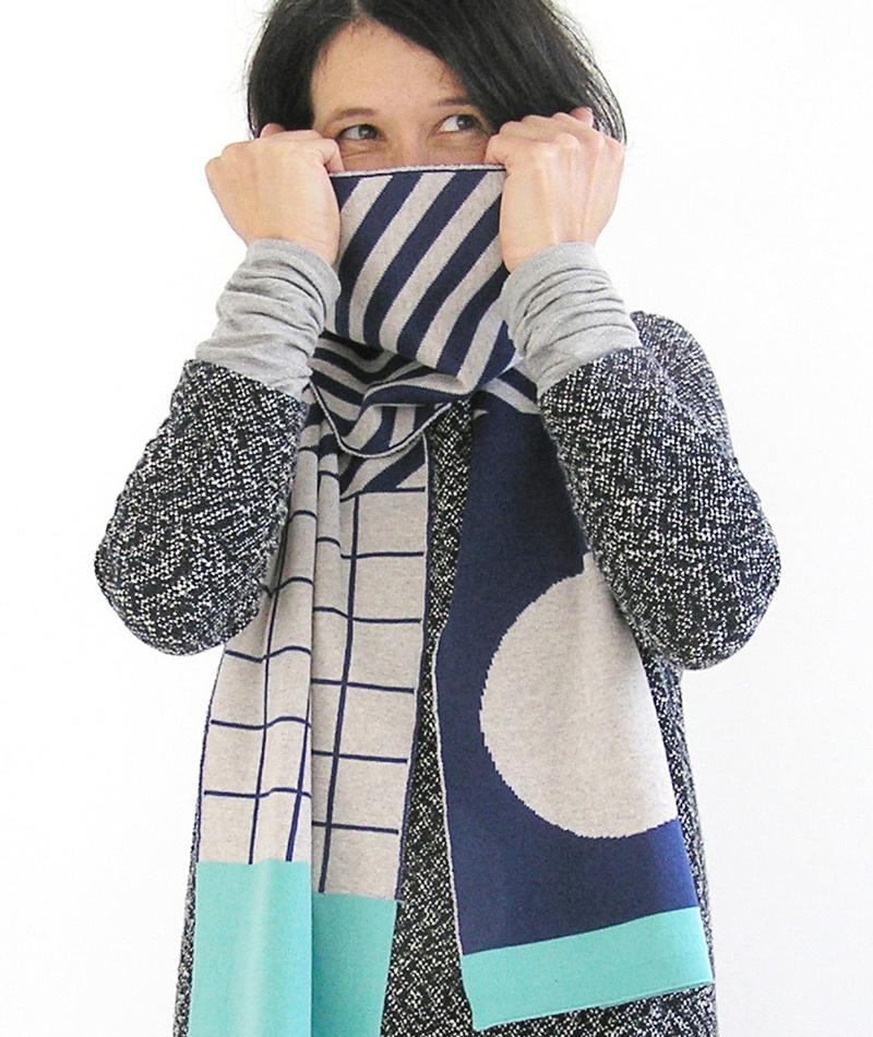 bufanda-azul-formas-geometricas