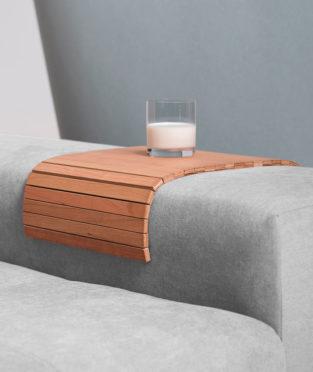 bandeja de sofá de madera de cerezo procedente de bosques gestionados de forma sostenible