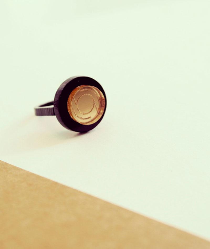 anillo-bruselas-dorado-negro