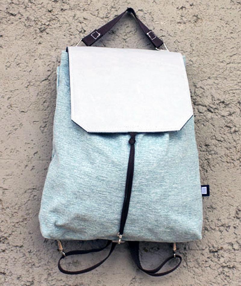 mochila pequeña azul claro