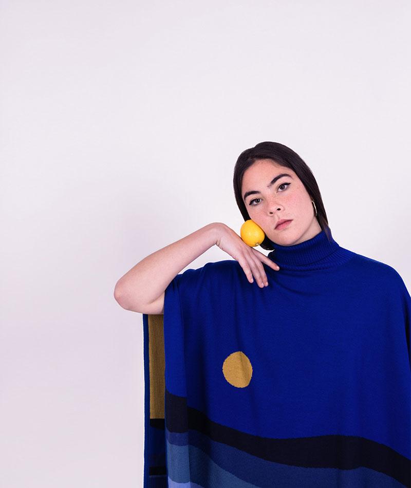 poncho azul lana merina moda sostenible fabricación local