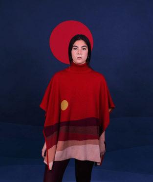 poncho de lana merino rojo hecho en españa