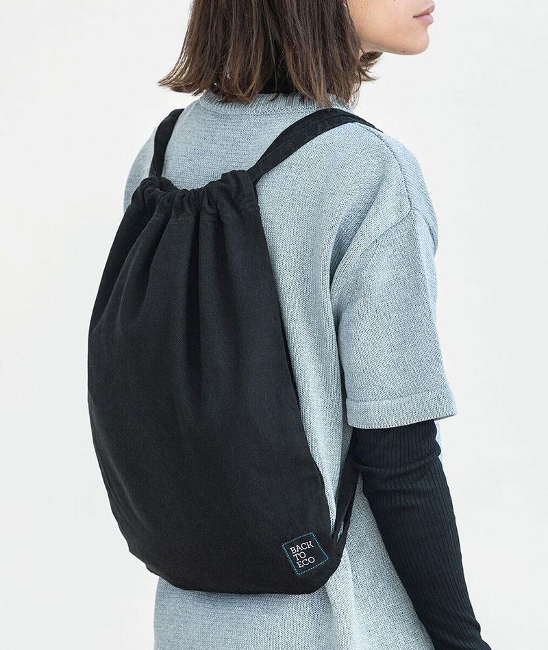 mochila negra reciclada