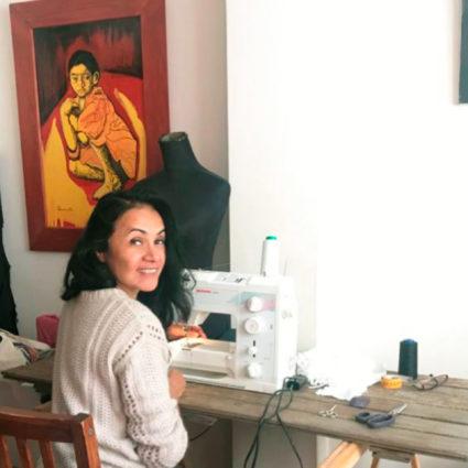 Noelia, de Miu Sutin, cose mascarillas desde casa