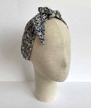 turbante hecho a mano con estructura de diadema metálica en el interior