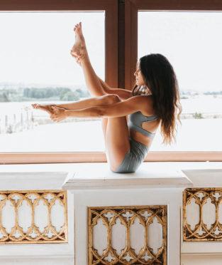 top y pantalón corto de yoga azul