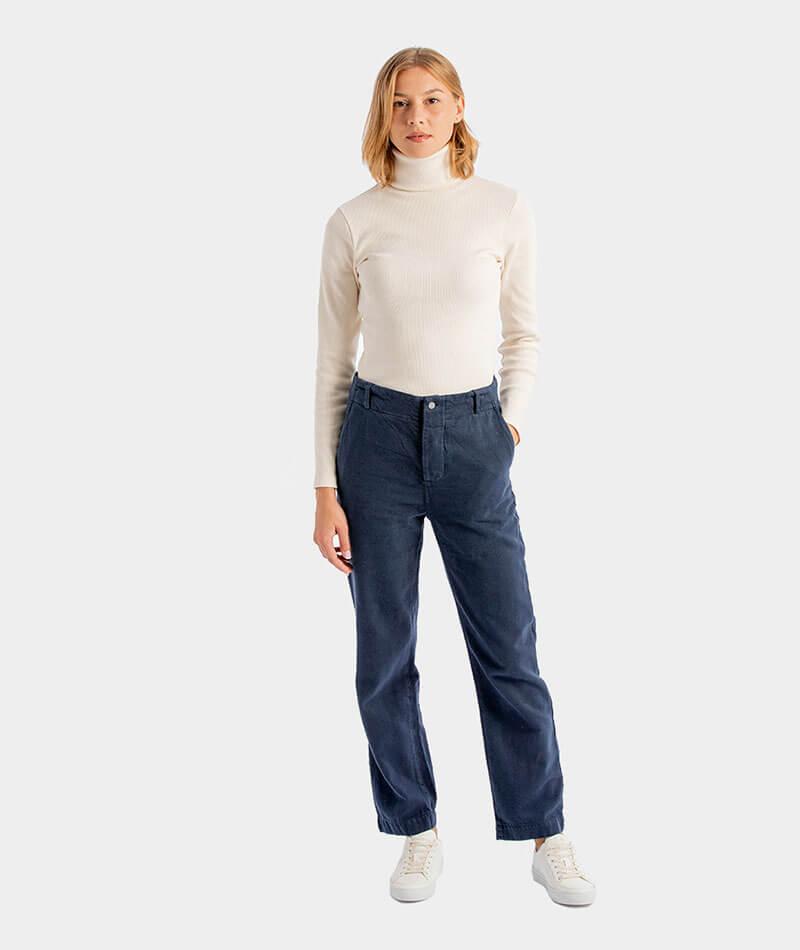 pantalones rectos azules hechos de forma ética y sostenible en Barcelona