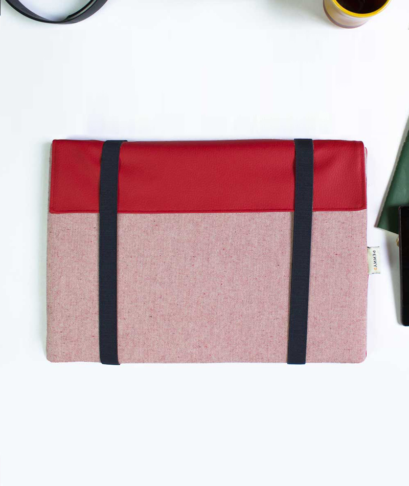 Padded laptop sleeve red with blue straps made in europe