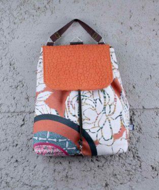 mochila hecha de residuos textiles