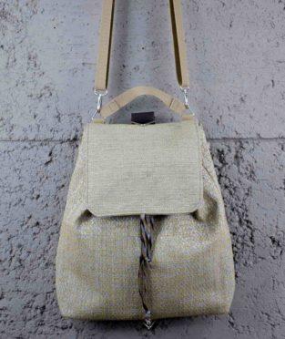 mochila hecha de residuos